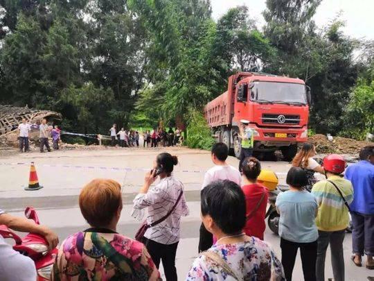 四川南部县境内货车与摩托擦挂并侧翻 3人身亡