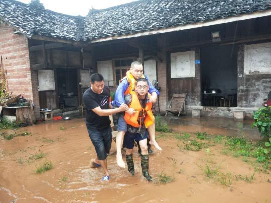 四川夹江一村落内涝涨水 消防员成功疏散被困村民