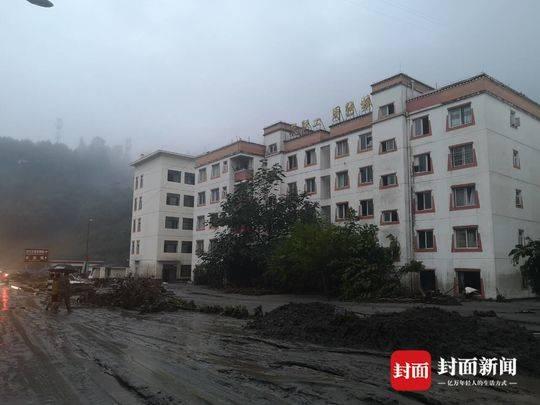 洪水过后汶川三江镇满地淤泥 当地正组织游客撤离