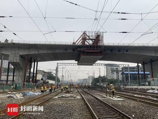 成都火车北站商贸大道跨铁路立交顺利合龙