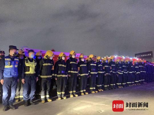 四川省消防救援总队调度905人增援 所有救援力量抵达西昌布防