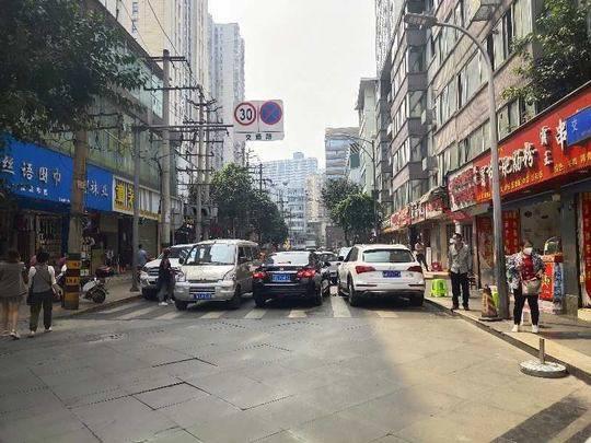 市民反映乱停车堵了出行路 成都交警回应将这样做