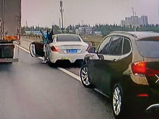 男子高速停车殴打他人 竟忘了自己无证驾驶