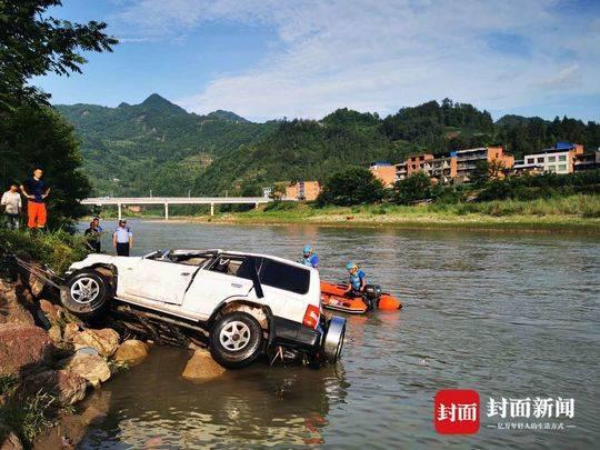 坠河的越野车被打捞上岸