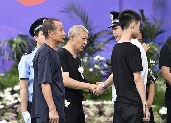 公安部治安局副局长李健涛安慰王涛的家人。澎湃新闻记者 王鑫 图