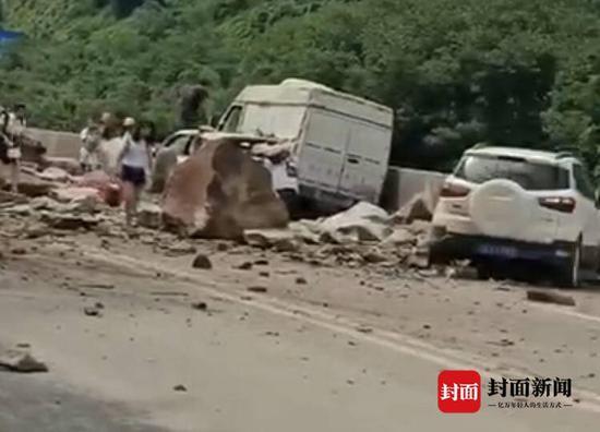 四川宜宾发生山体塌方 三车被砸三人轻伤