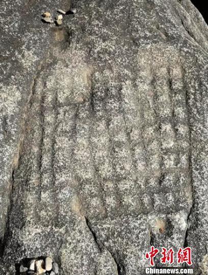 岩面整齐刻着2.5厘米的格子。 甘孜州文化广电旅游局提供 摄