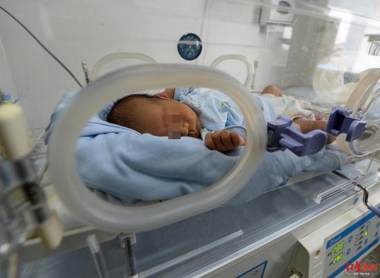 新生男婴裸身被弃路边 10余名医护人员当起临时妈妈