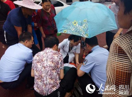 民警立马上前将女子平行紧急施救,协助医务人员把昏迷着兰霞扶单架,经过及时抢救,现已脱离危险。