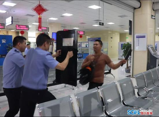 男子在绵阳游仙区行政服务中心持刀逞凶 原来是反恐防暴应急演