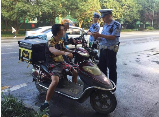 外卖骑手接受处罚照片 成都市交管局供图