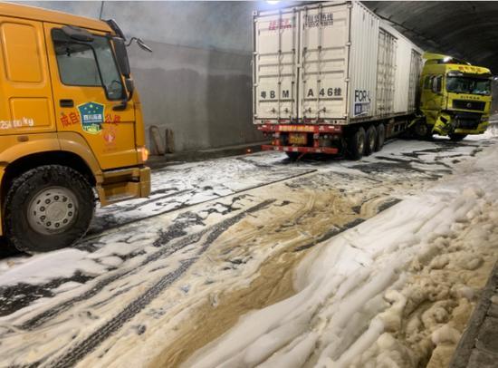 隧道内货车事故油箱漏油 自贡消防紧急处置化险为夷