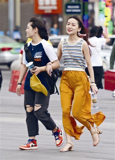 27日下午,春熙路上,女子的长发和耳环被大风吹起 摄影记者 张直