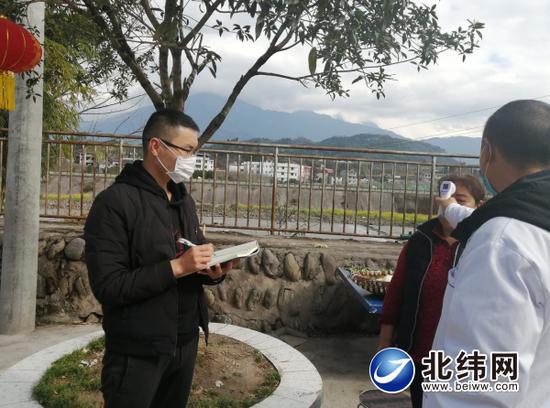 工作人员为村民测量体温