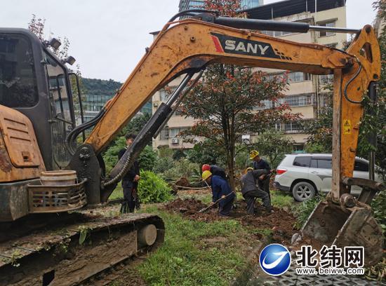 施工人员、机具进场,开始改造老旧小区