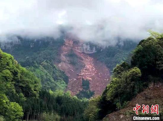 远眺山体崩塌灾害现场。 刘忠俊 摄