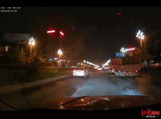 行车记录仪显示车子冒烟的场景