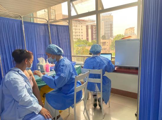 正在接种疫苗的医务人员