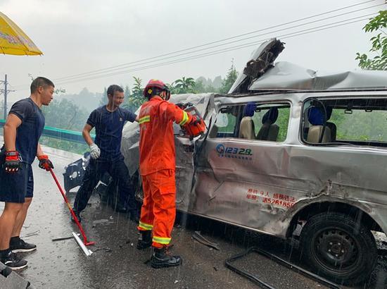 巴中一客运面包车与大货车相撞 造成2人死亡4人受伤