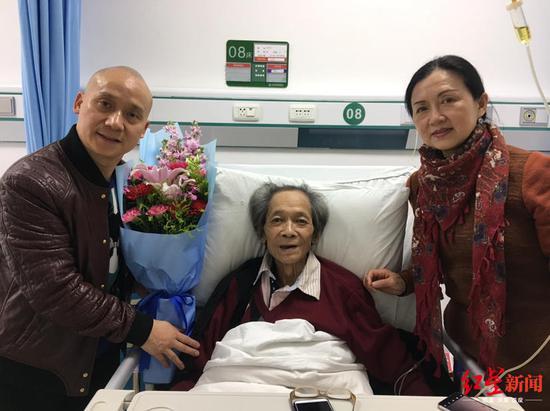 ↑矮冬瓜(左)探望师傅罗世忠