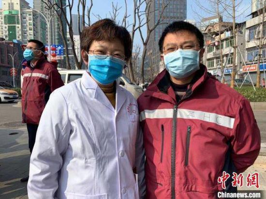 张坤(左)和同事张洪川。 钟欣 摄