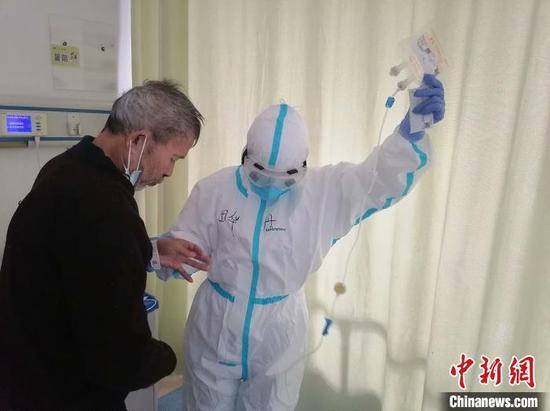 图为田华丹帮助偏瘫患者上厕所。图片由受访者提供。