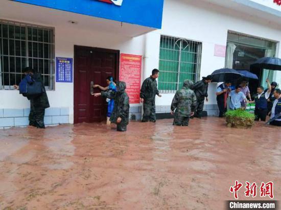 四川广元遭遇暴雨 10余人刚被转移小区就被淹没