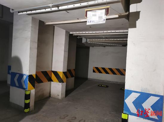 ↑宋先生的车位有凸出的墙柱,挤占了2.4米的一部分宽度