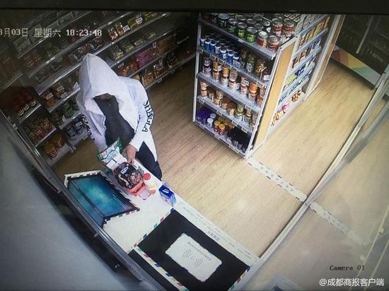 郫都区无人超市接连遭窃 远程控制锁门嫌犯被瓮中捉鳖