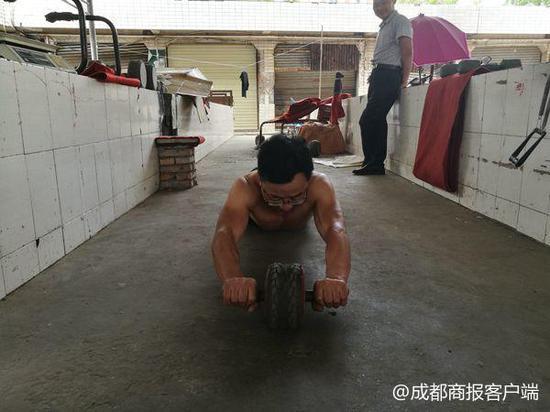 绵阳江油59岁大爷自制器材健身12年 练成一身腱子肉