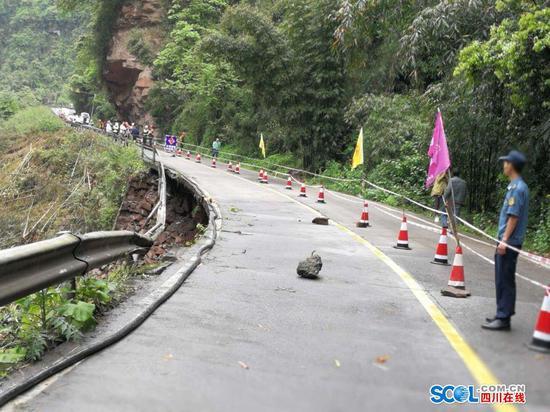 雅上线一路段混凝土路面悬空 到碧峰峡上里需绕行邛崃