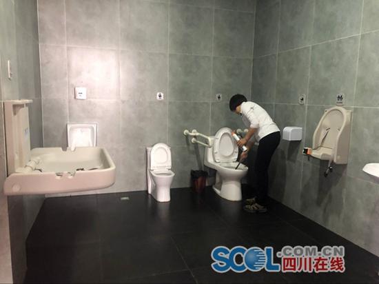 不只是颜值高 乐山厕所革命让公厕人性化服务更便民