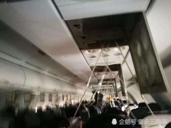 ▲机舱内氧气面罩脱落 受访者供图