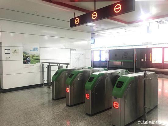 草莓音乐节后多人翻越闸机进站 成都地铁回应