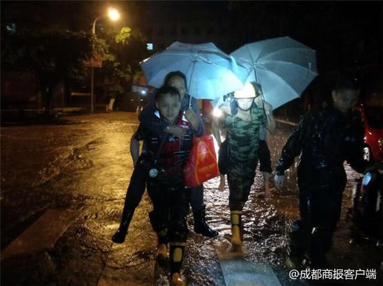 乐山暴雨消防深夜转移群众 降雨将持续至13时