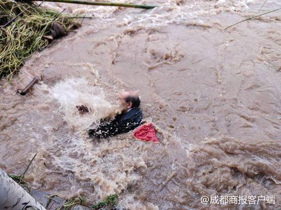 5秒钟被冲走!暴雨后乐山七旬老人不慎坠河 搜救未果