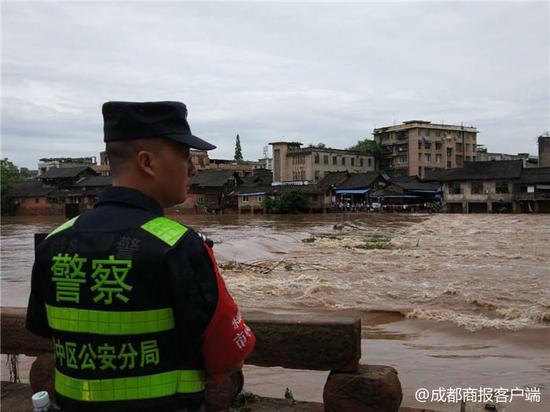 乐山苏稽古镇遭暴雨 部分底楼商铺及老街被淹没