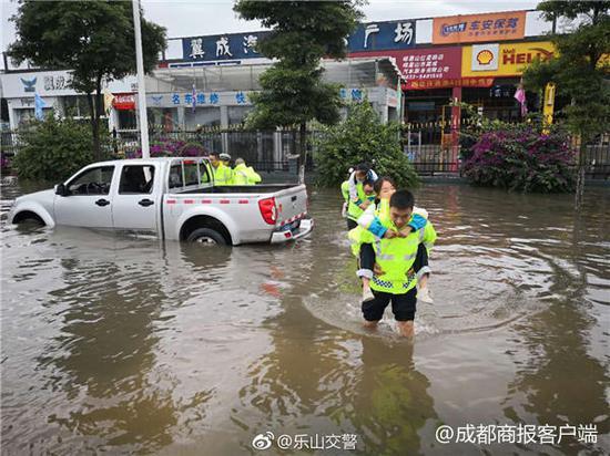 峨眉暴雨一孕妇和三学生被困 交警踩着齐膝深水背他们脱险