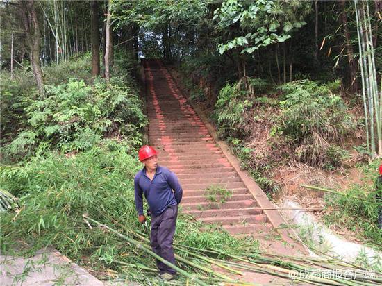 奥迪Q5千年古寺爬坡辗碎梯道引公愤 宜宾警方传唤2名嫌疑人