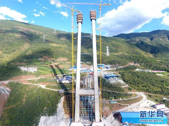 大橋主塔此次封頂的主塔塔高228米,塔頂距金沙江江面高度479米,接近160層樓的高度。 趙汗青 圖
