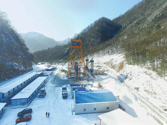 米仓山隧道的中部竖井建设现场。