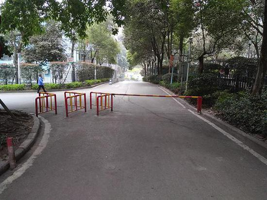 """""""上品拾陆""""小区内设置的栏杆,以阻止摩托车通行。"""