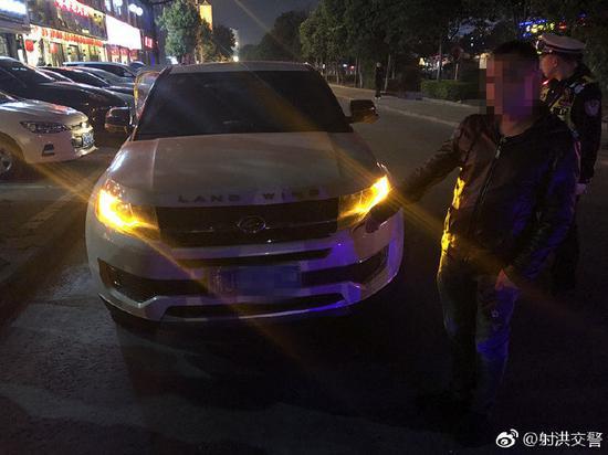 交警夜晚设卡查酒驾 两名醉驾司机被逮现形