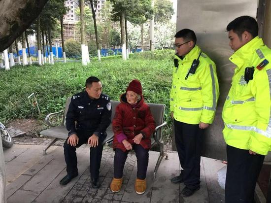9旬内江老太在泸州迷路 当地交警民警1小时接力找到家人