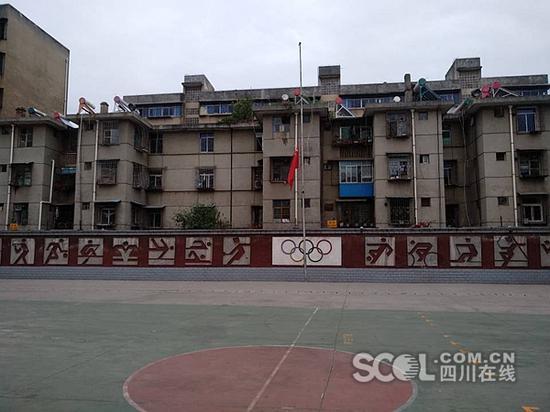 凉山州民族中学(初中部)降半旗。李芳摄