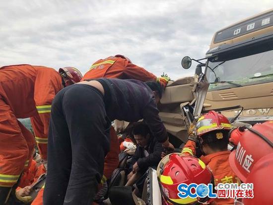 四川筠连县三车连环追尾 一不良驾驶习惯造成3死3伤
