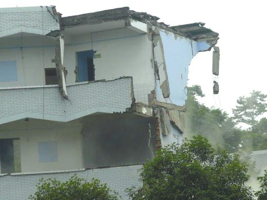 在地震中垮塌的学校楼房。
