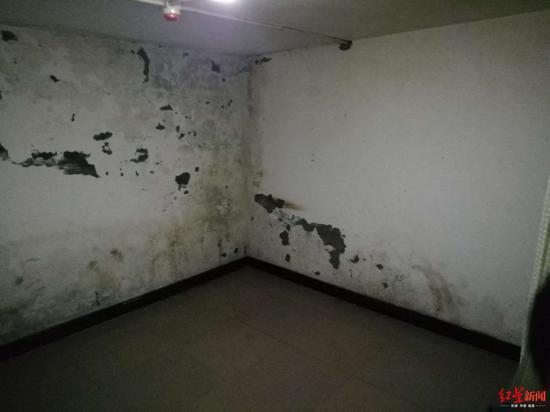 两位老人之前居住的房间已被腾空