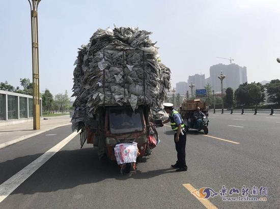 吓人!三轮车拉着4米高的货物满街跑