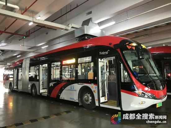 正在充电的公交车